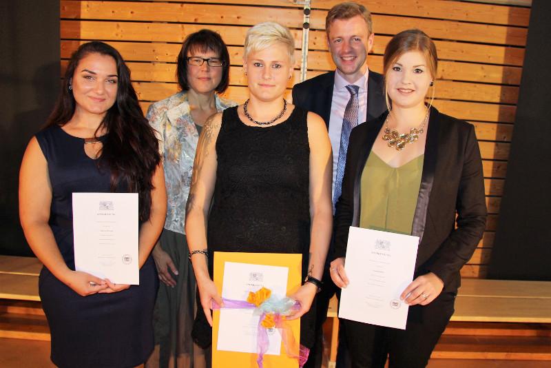 Drei junge Frauen unter den Absolventinnen wurden für besondere Leistungen mit einem Staatspreis belohnt. Von links: Anna Petrosian, Schulleiterin Monika Nestvogel, Stephanie Puchta, ihr Preis ist mit 75 Euro dotiert, Landrat Dr. Oliver Bär und Vanessa Seidel.