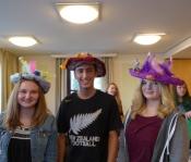 Modenschau mit den selbst gestalteten Hüten